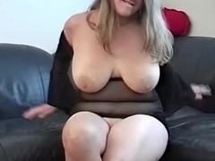 A chunky arse hottie is showing her skills on a dong