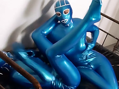 Kinky hotty in latex fingers suspend conduit the suspend